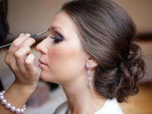 در این مقاله سعی داریم تا به شما بگوییم که برای انتخاب یک آرایشگاه زنانه یا آرایشگر خوب باید به چه نکاتی توجه کنید. نکات مهم در انتخاب آرایشگاه عروس