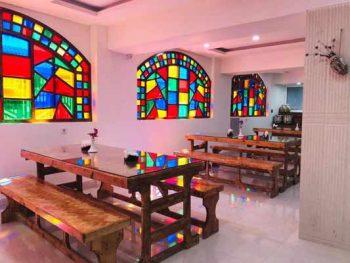 کافه رستوران بیرون بر عمارت در بوشهر خدمات سفارش تلفنی غذا و پیک رایگان به درب منزل با قیمت ارزان و دارای مکانی بزرگ و مصفا با دکوراسیون زیبا جهت مجالس و مهمانی های شما